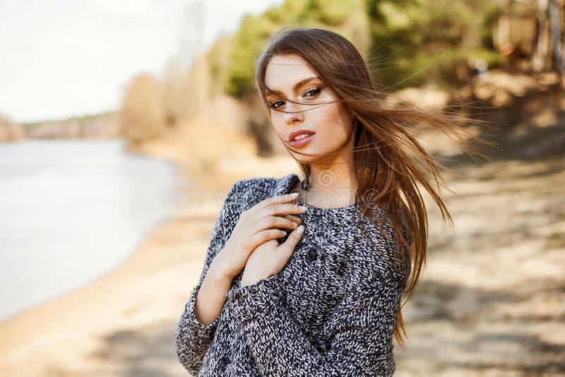 Naturschönheit ein attraktives nettes junges Mädchen, ein Porträt in einer warmen Strickjacke lizenzfreies stockfoto