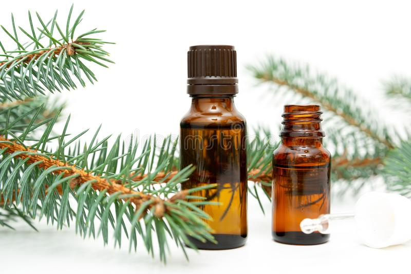 Naturschönheitsabhilfe Kleine Flasche wesentliches Kiefernöl, Kieferzweige, Alternativmedizin lizenzfreie stockfotografie