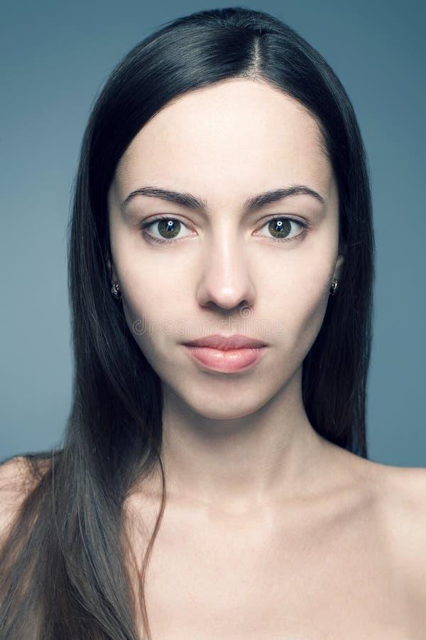 Naturschönheitskonzept: Porträt einer schönen jungen Frau stockfotos