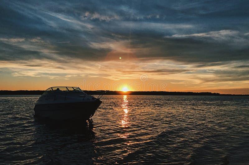 Natursolnedgångfartyg fotografering för bildbyråer