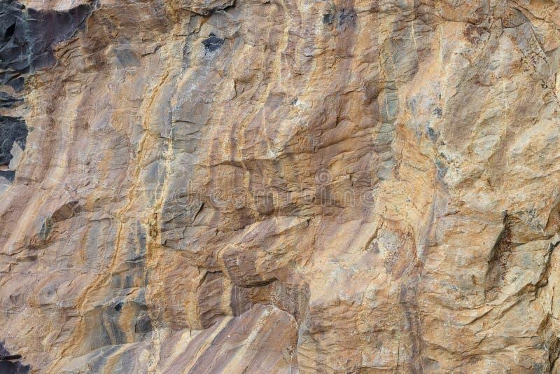 Natursteinentlastung, rote Farbe Hintergrundfelsen mit einer Beschaffenheit des Brauns mit kleinen Sprüngen Verwitterte Steinschi stockfotos