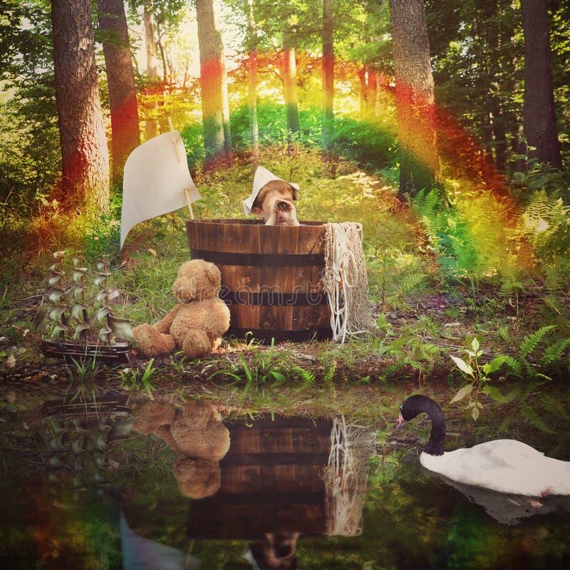 Natury chłopiec żeglowanie w Drewnianej łodzi wodą obraz stock