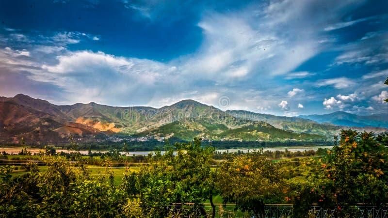 Natury Fotografia Góry I Drzewa Pod Chmurnym Niebem Podczas Dnia Bezpłatna Domena Publiczna Cc0 Obraz