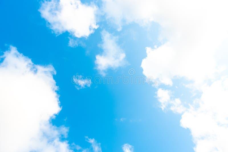 Natury Jaskrawy niebieskie niebo z bielem chmurnieje na blackground Pi?kny niebo i chmury w popo?udniu zdjęcie royalty free