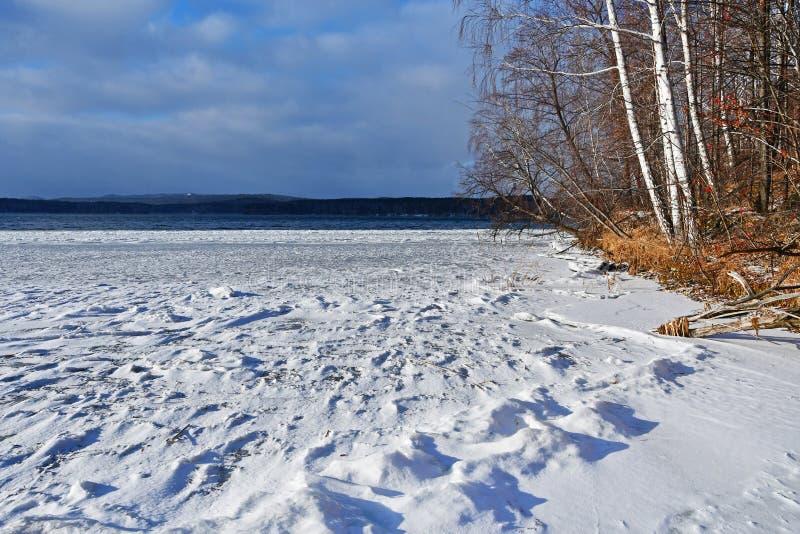 Natury jezioro Uvildy w zimnym jesień dniu Chelyabinsk region, Południowi Urals, Rosja obraz stock