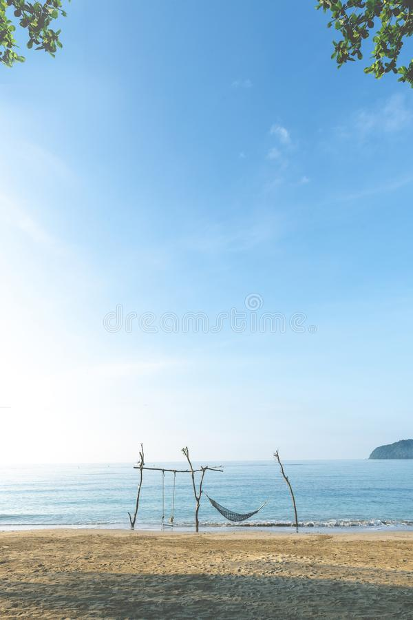 Natury tło, krajobraz, denny widok z plażą, piasek, niebieskie niebo, huśtawka i hamak przy Koh Mak wyspą, Trad prowincja, Tajlan zdjęcia stock