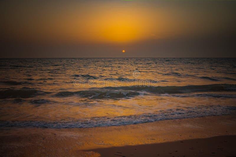 Natury tło zadziwiający plażowy zmierzch z niekończący się horyzontem i nieprawdopodobnymi foamy falami Ja jest Atlantyckim ocean obrazy stock