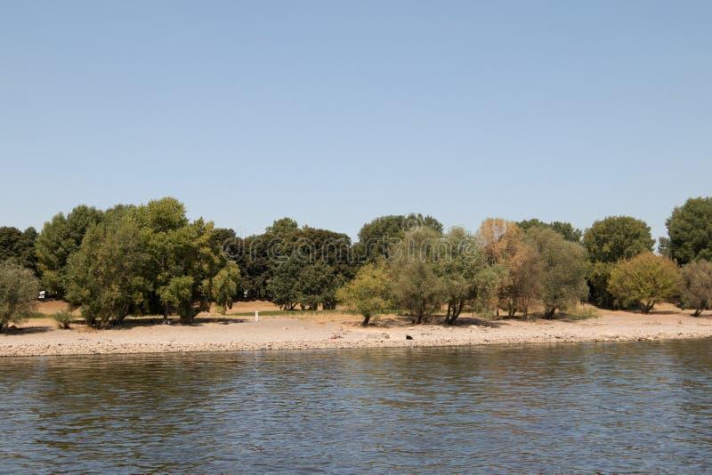 Natuurlijk die landschap bij de Rijn-rivierbank in Keulen van het Rijn-gezicht tijdens de sightseeingsrondvaart wordt gelet op royalty-vrije stock foto's