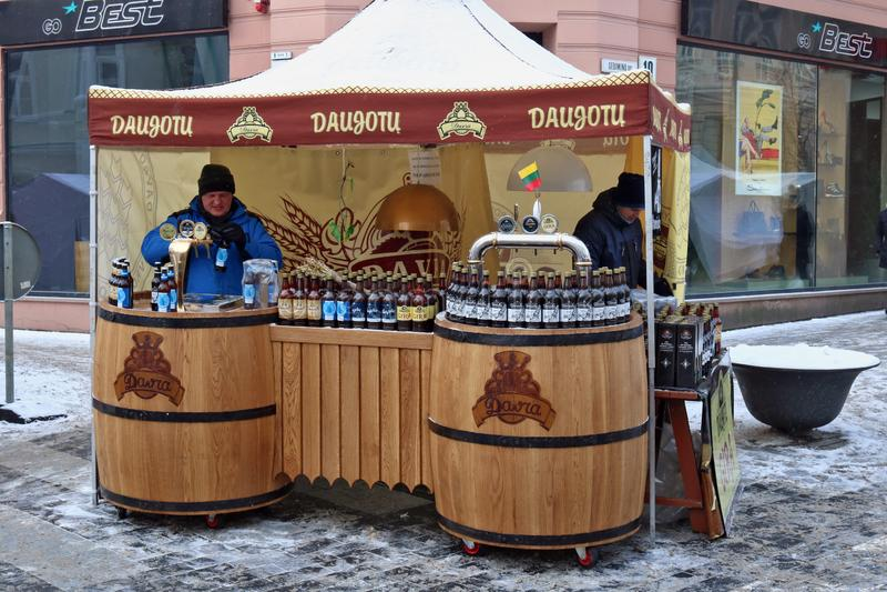 Natuurlijk ecologisch nationaal Litouws bier en kwas stock foto's