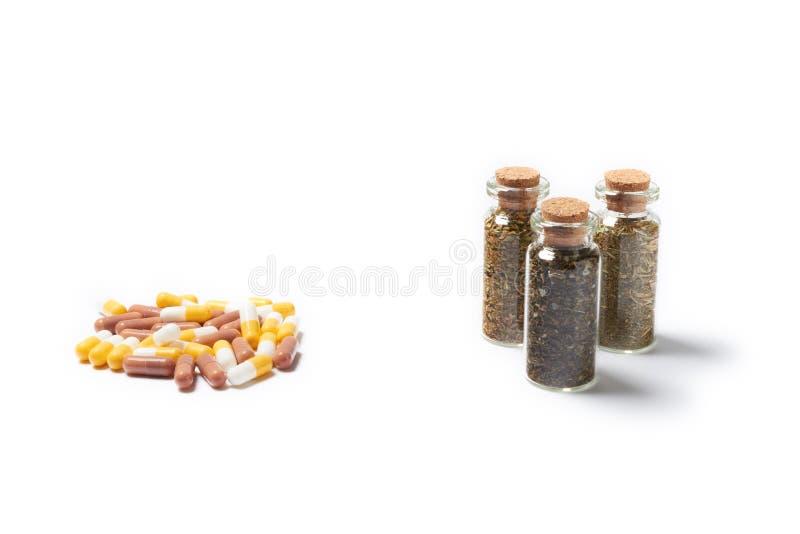 Natuurlijk geneesmiddel met pillen royalty-vrije stock afbeeldingen