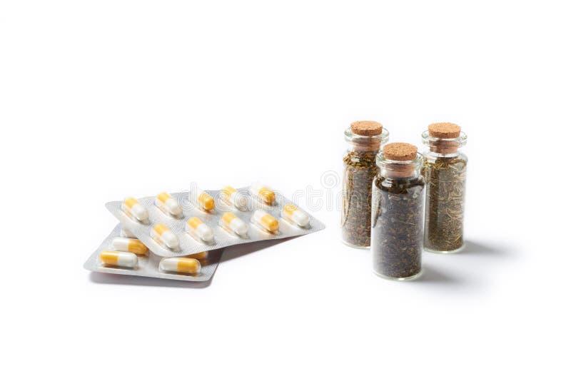 Natuurlijk geneesmiddel met pillen stock foto