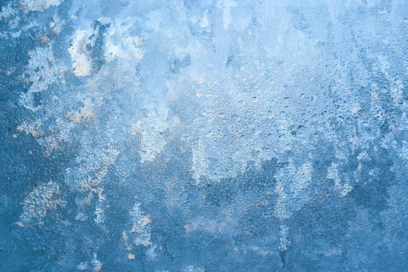 Natuurlijk geweven ijzig die patroon op venster door de winterzon als achtergrond wordt aangestoken stock fotografie