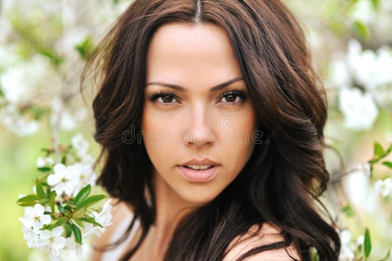 Natuurlijk gezond mooi vrouwengezicht met perfecte huid stock afbeeldingen