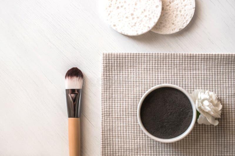 Natuurlijk kosmetisch gezichtsmasker in ceramische kom op witte achtergrond stock fotografie