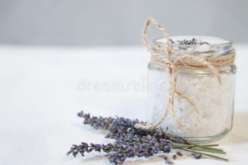 Natuurlijk kruiden overzees zout met aromatische lavendel - perfectioneer voor ontspanning Kosmetische kruiken en flessen met zou royalty-vrije stock afbeeldingen