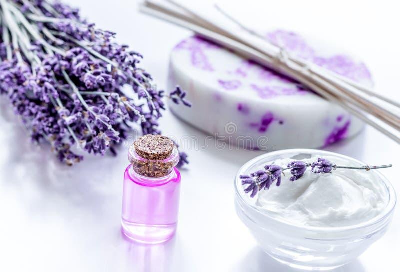 Natuurlijk kruidschoonheidsmiddel met lavendelbloemen flatlay op witte bac royalty-vrije stock afbeeldingen