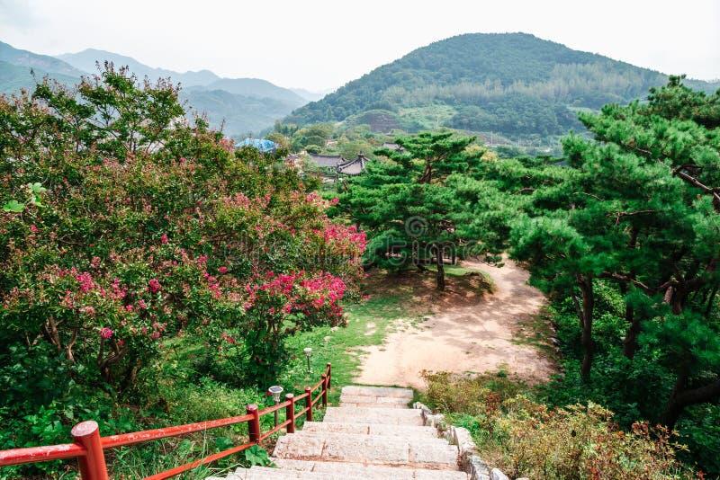 Natuurlijk landschap, bergen en bomen en bloemen in het Complexe Cultureel erfgoed van Cheongpung, Korea stock fotografie