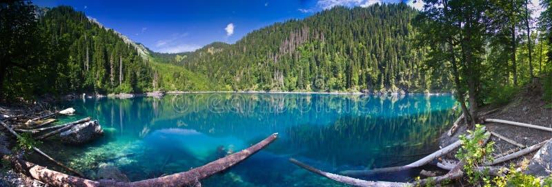 Natuurlijk landschap Panoramamening van het meer Kleine Ritsa royalty-vrije stock foto's