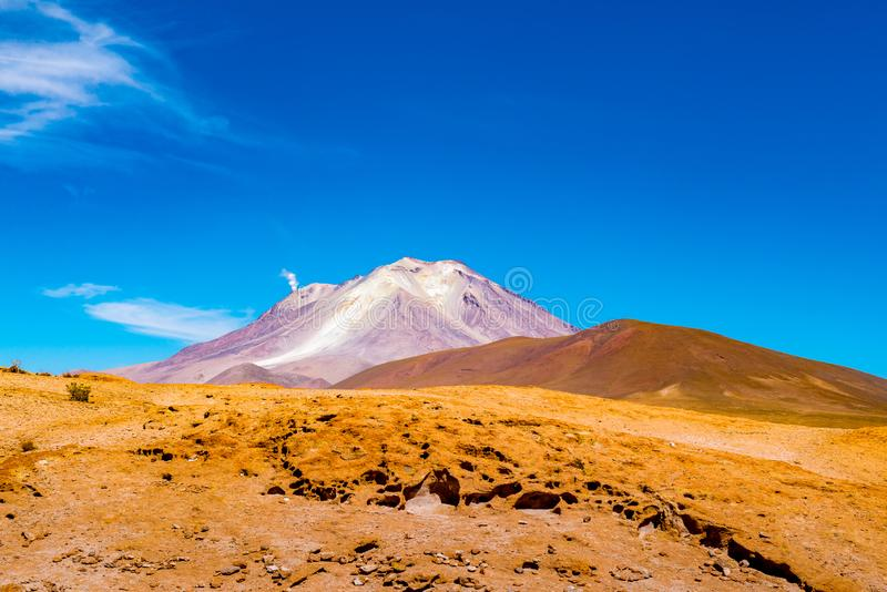 Natuurlijk landschap van actieve vulkaan Ollague bij de grens van Bolivië - van Chili royalty-vrije stock fotografie