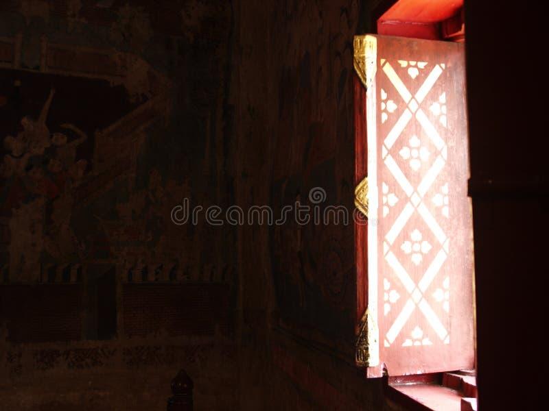 Natuurlijk licht ing en schaduwen binnen boeddhismetempel de bouwvenster royalty-vrije stock afbeelding