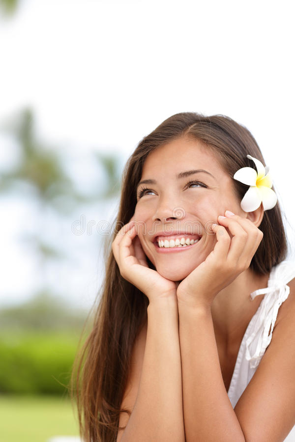 Natuurlijk meisje die en gelukkige leuk glimlachen dagdromen stock foto