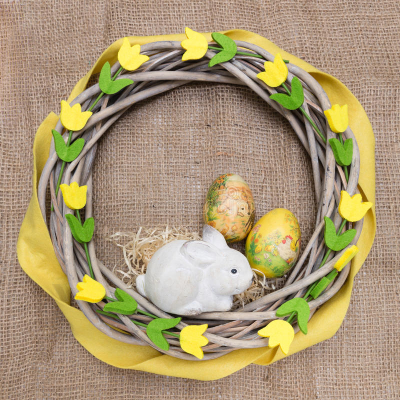 Natuurlijk Pasen-kroon met gevoeld stock foto's