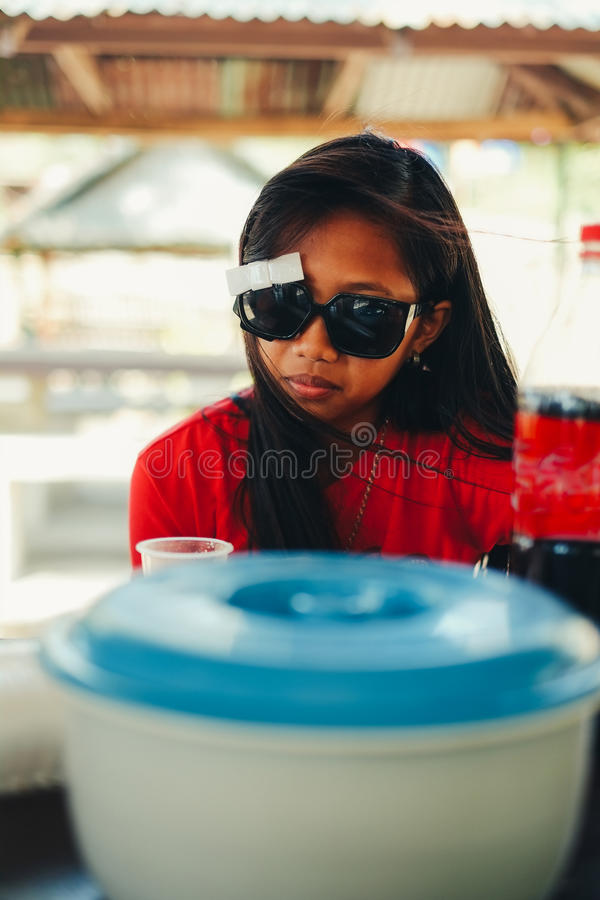 Natuurlijk portret, Aziatisch meisje met zonnebril het koelen royalty-vrije stock foto's