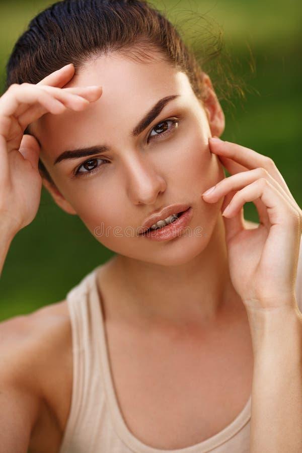 Natuurlijk portret van een mooi meisje met zuivere huid in openlucht stock foto's