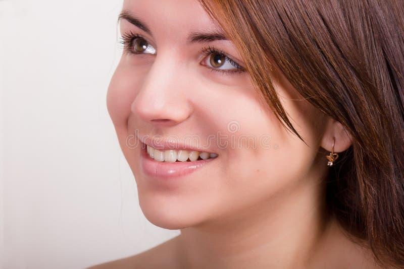Natuurlijk portret van een mooie jonge vrouw royalty-vrije stock afbeelding