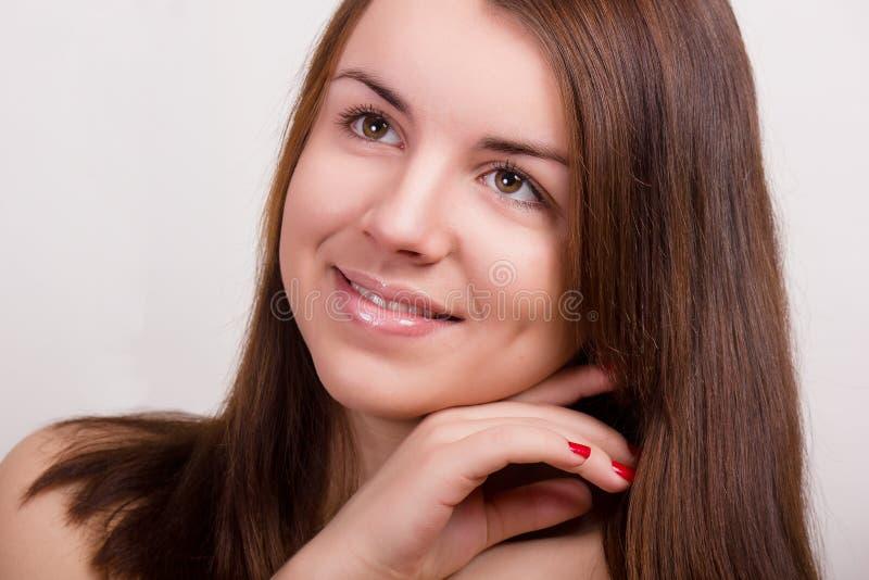 Natuurlijk portret van een mooie jonge vrouw royalty-vrije stock foto's