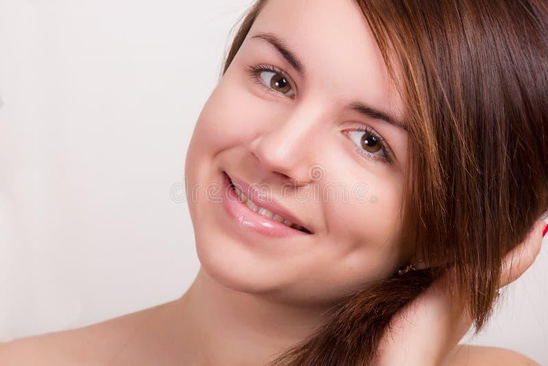 Natuurlijk portret van een mooie jonge vrouw stock foto's