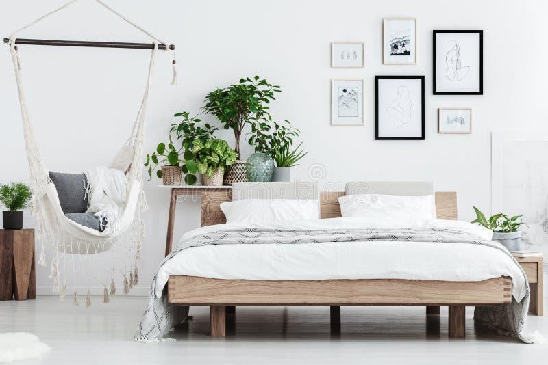 Natuurlijk slaapkamerbinnenland met installaties stock foto
