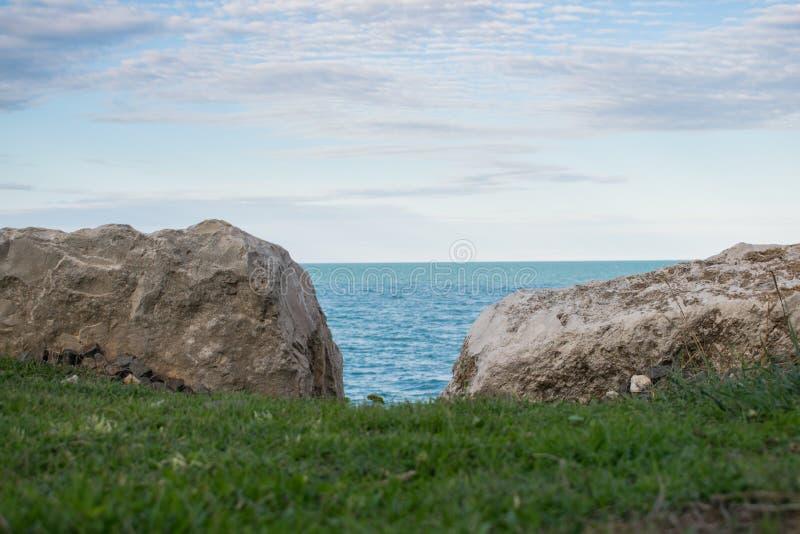 Natuurlijk venster op de Middellandse Zee stock foto's