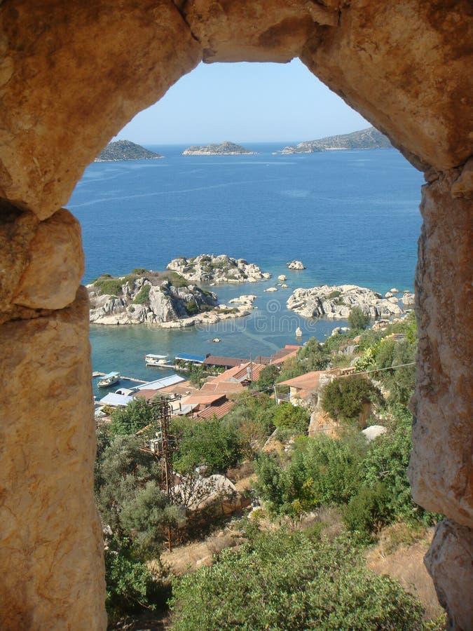 Natuurlijk venster van steen dat gezichten op het overzees van Turkije met rotsen en vegetatie royalty-vrije stock afbeeldingen