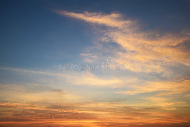 Natuurlijk zacht wolkenpatroon en blauwe hemel bij avond (uitstekende achtergrond) stock afbeelding