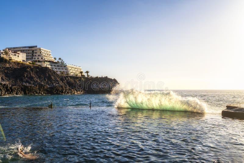 Natuurlijk zwembad bij zonsondergang in Tenerife stock afbeeldingen