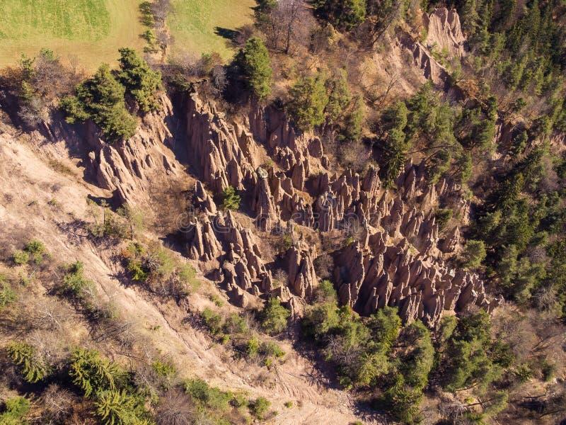 Natuurlijke aardepiramides in Renon Ritten Italië Lucht Mening stock afbeelding