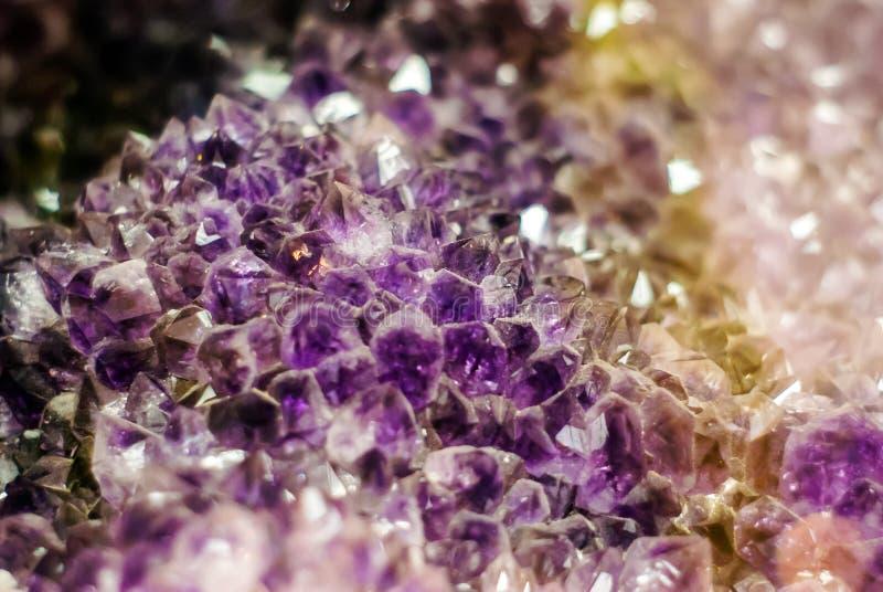 Natuurlijke achtergrond - cluster van violette violetkleurige kristallen royalty-vrije stock fotografie