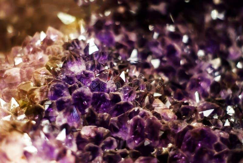 Natuurlijke achtergrond - cluster van violette violetkleurige kristallen royalty-vrije stock afbeeldingen