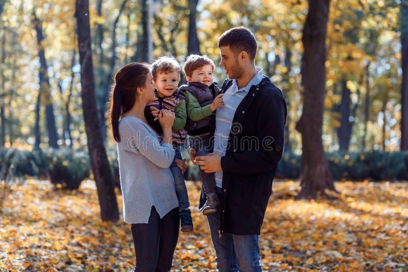 Natuurlijke beelden van een gelukkige familie van vier die pret outsiade op een zonnige de herfstdag hebben Samenhorigheid en gel royalty-vrije stock foto