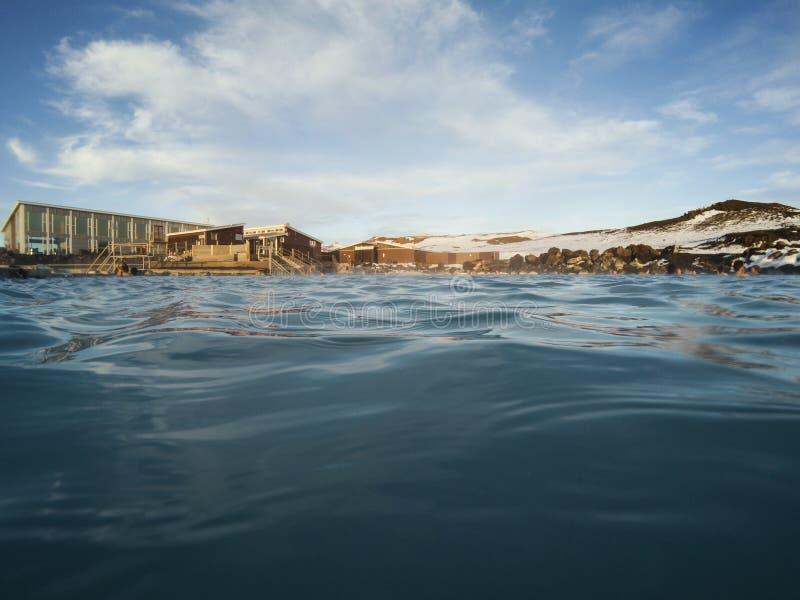 Natuurlijke blauwe lagune, natuurlijk bad geothermisch kuuroord in IJsland stock fotografie
