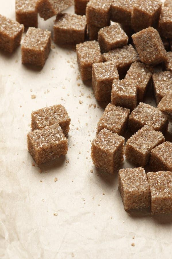 Natuurlijke bruine suikerkubussen stock afbeelding