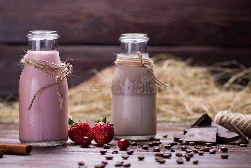 Natuurlijke chocolade en aardbeimilkshaken stock afbeeldingen