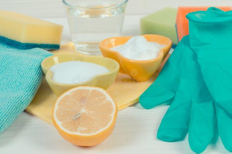 Natuurlijke detergentia met toebehoren die thuis voor het schoonmaken, huishoudenplichten gebruiken royalty-vrije stock afbeelding