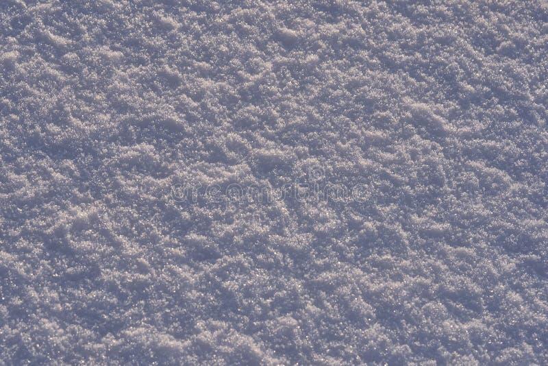 Natuurlijke die achtergrond - ijsoppervlakte van sneeuw door de stralen van de avondzon wordt verlicht De zon` s stralen die van  stock afbeelding