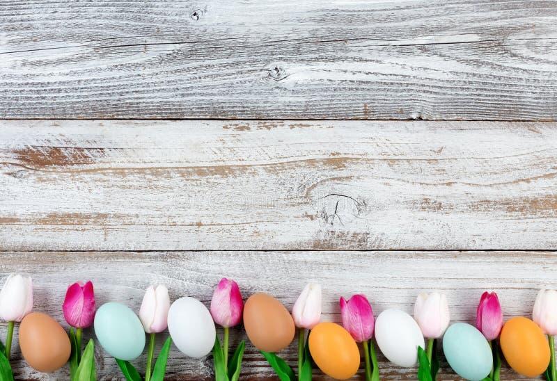 Download Natuurlijke Eieren En Roze Tulpen Voor Pasen-vakantie Op Rustieke Houten Stock Foto - Afbeelding bestaande uit bloem, vlak: 107704310