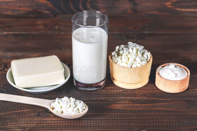 Natuurlijke eigengemaakte producten: melk, kaas, zure room op oude houten achtergrond Met ruimte voor uw tekst stock fotografie