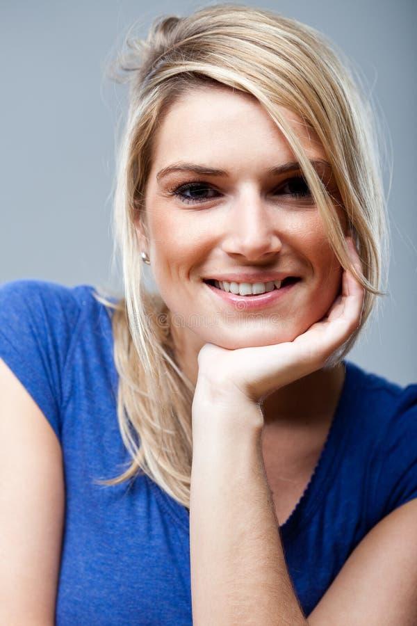 Natuurlijke gelukkige vrouw met een mooie glimlach stock afbeeldingen