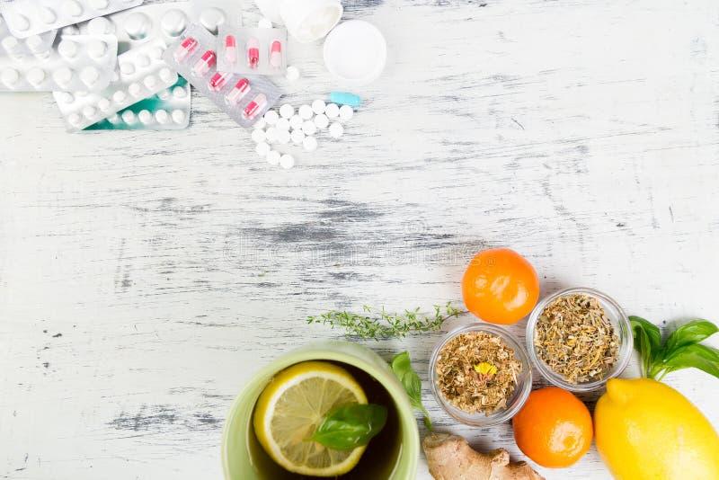 Natuurlijke geneeskunde versus conventioneel geneeskundeconcept royalty-vrije stock afbeelding
