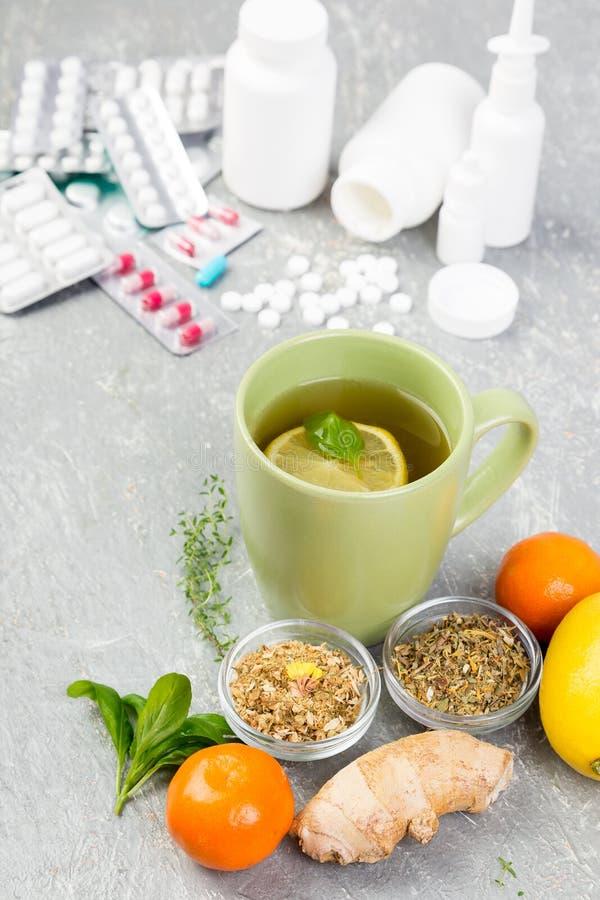 Natuurlijke geneeskunde versus conventioneel geneeskundeconcept royalty-vrije stock foto's